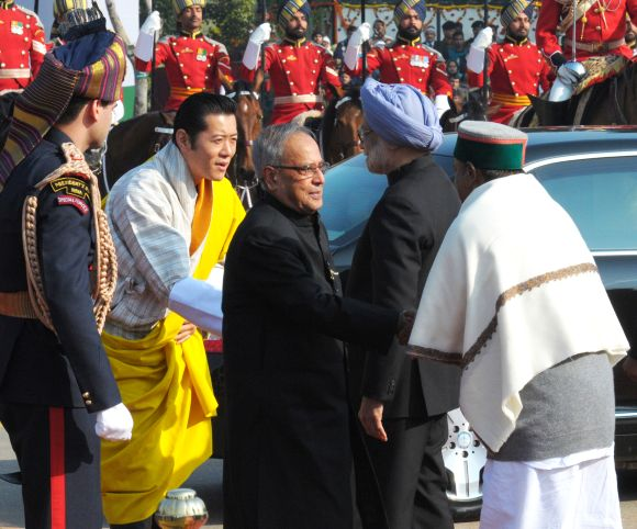 President Pranab Mukherjee and Chief Guest King of Bhutan Jigme Khesar Namgyel Wangchuck being received by the Prime Ministe Manmohan Singh and Defence Minister A K Antony, on their arrival at Salami Manch