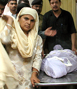 Ishrat Jahan's mother with her dead body