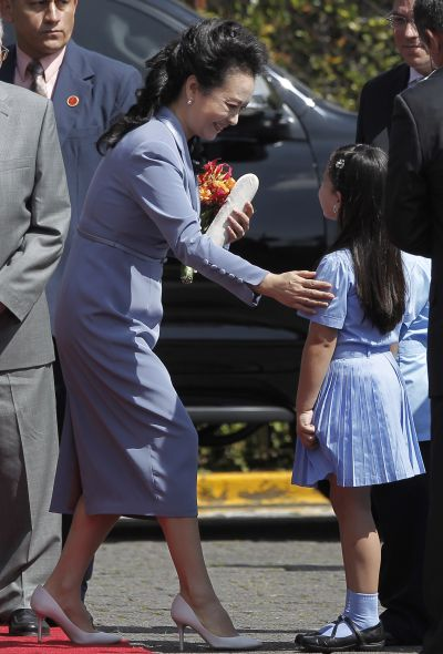 Peng Liyuan greets a girl during a welcome ceremony at the Presidential House in San Jose, Costa Rica.