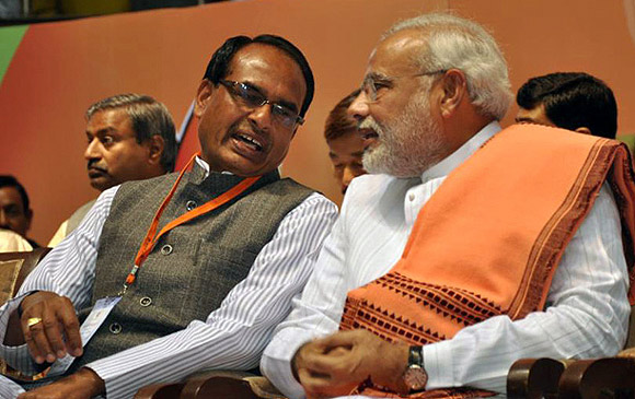 Shivraj Singh Chauhan in deep discussion with Narendra Modi.