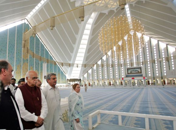 Advani visits Pakistan's Grand Faisal Mosque in Islamabad during his 2005 trip to that country