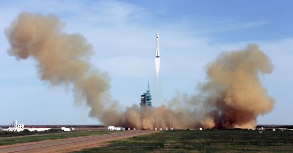 The Long March 2-F rocket loaded with Shenzhou-10 manned spacecraft lifts off from the launch pad on Tuesday.