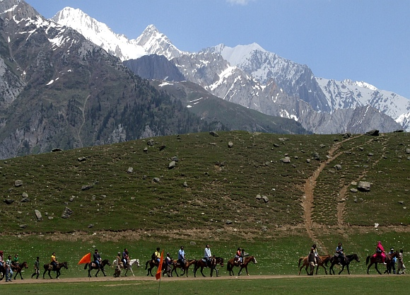 Tourists at Sonmarg, Genderbel district