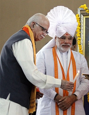 India News - Latest World & Political News - Current News Headlines in India - Modi meets Advani, spends time with Vajpayee