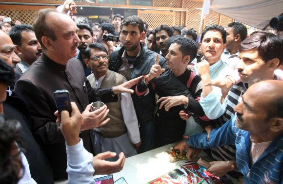 Union minister Ghulam Nabi Azad speaking to devotees at the Khir Bhawani temple
