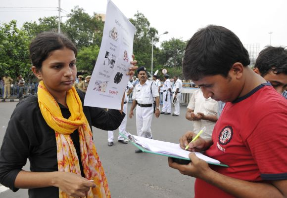 Students carry out a signature campaign
