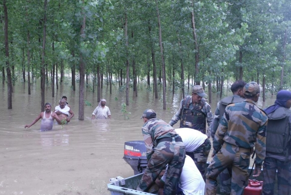 Soldiers rescue people stranded in Uttarakhand