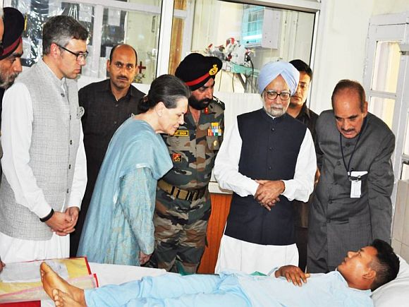 Manmohan Singh, Sonia Gandhi, J&K CM Omar Abdullah and Union minister Ghulam Nabi Azad visit jawans injured in Monday's militant strike in Srinagar