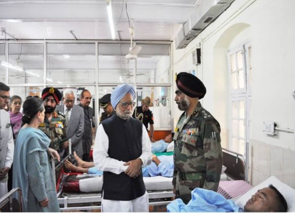 Manmohan Singh, Sonia Gandhi visit injured jawans in Srinagar on Tuesday