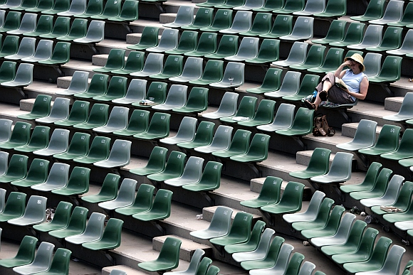 A fan waits for play to resume at Margaret Court Arena after matches were postponed due to hot weather during the Australian Open tennis tournament in Melbourne. Picture taken on January 20, 2006