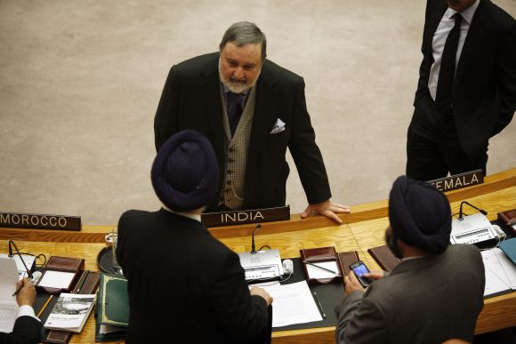 Hardeep Puri talks to his Pakistani counterpart Abdullah Hussain Haroon during a UN meeting on Syrian resolution