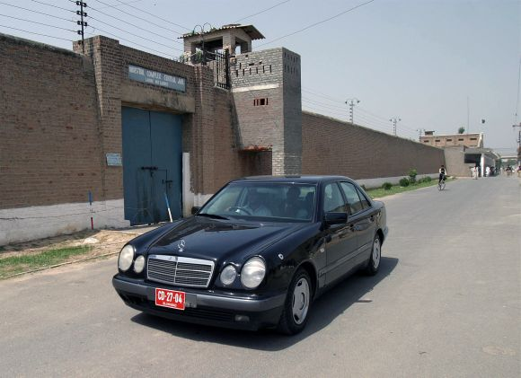 A car carrying two Indian diplomats arrives at Kot Lakhpat jail in Lahore