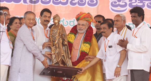 Narendra Modi greeted by BJP leaders in Mangalore