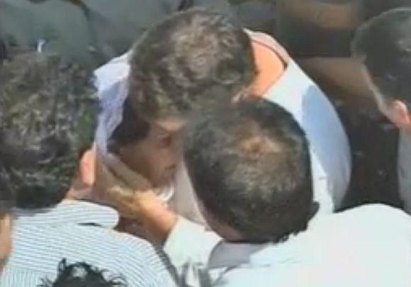 Rahul Gandhi consoles Sarabjit's sister Dalbir Kaur