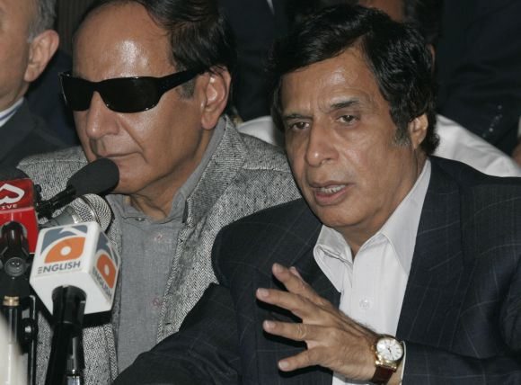 Pro-Musharraf Pakistan Muslim League party leaders Chaudhry Pervaiz Elahi (R) and Chaudhry Shujaat Hussain speak during a news conference in Islamabad
