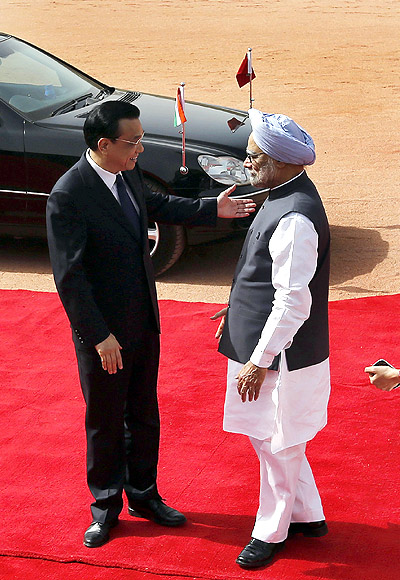 Chinese Premier Li Keqiang with Prime Minister Manmohan Singh during a ceremonial reception at the Rashtrapati Bhavan