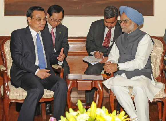 Li Keqiang and Dr Singh hold a meeting in New Delhi