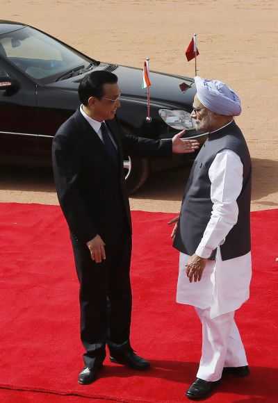 Chinese Premier Li Keqiang gestures as Prime Minister Manmohan Singh watches during a ceremonial reception at the Rashtrapati Bhavan in New Delhi.