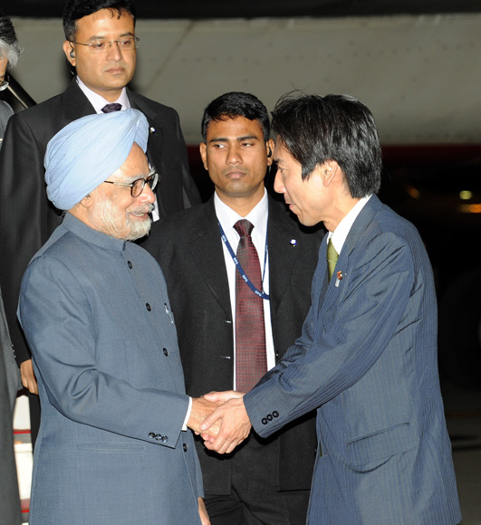 PM being received at the airport by Minoru Kiuchi, Japan's parliamentary vice-minister for foreign affairs.