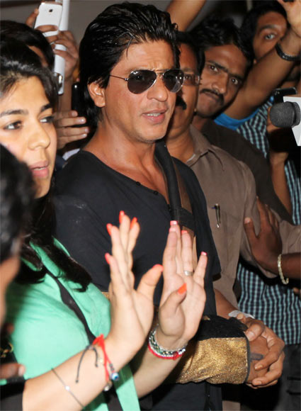 Shah Rukh Khan outside Lilavati hospital