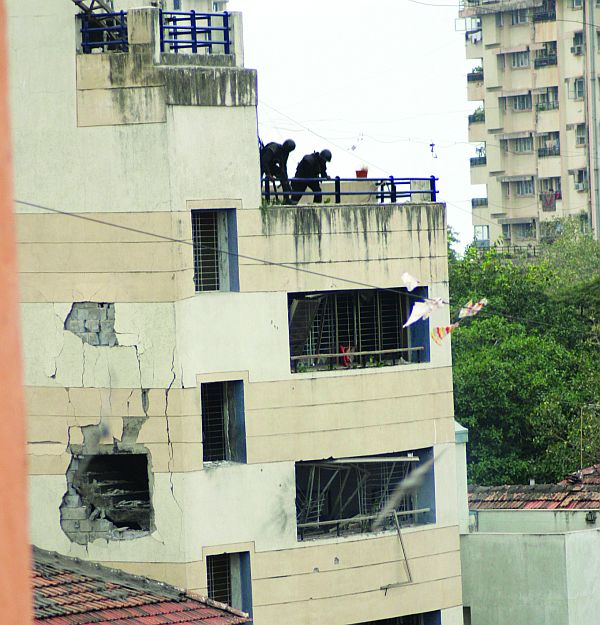 National Security Guard commandos commence operations to storm Chabad House on November 28, 2008.