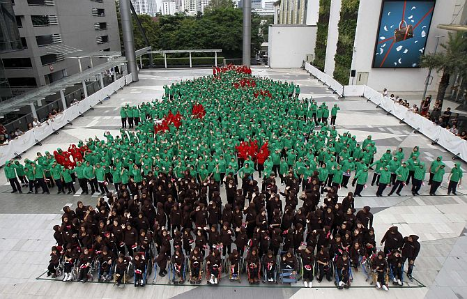 Record-breaking human Christmas tree