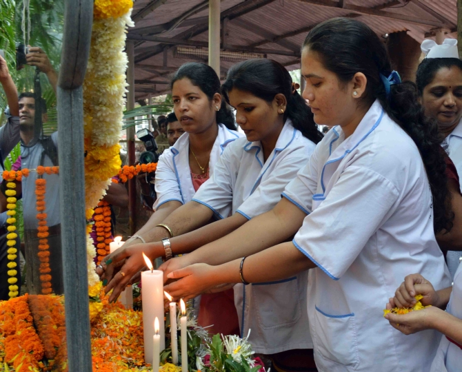 Women pay tribute to vicitims of the attack in Mumbai