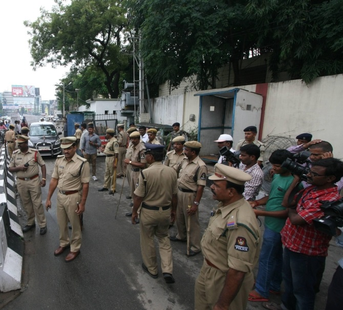 Policemen deployed outside Andhra Pradesh CM Kiran Kumar Reddy's office