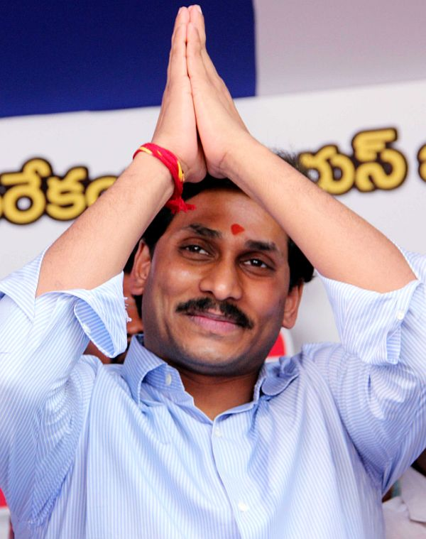 Jagan fasts for united Andhra, claims Sonia paving Rahul's PM path