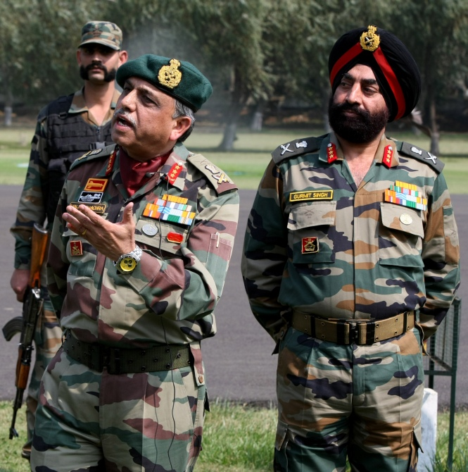 Lieutenant General Sanjiv Chachra, GOC, Northern Command, left, with Lieutenant General Gurmit Singh, Commander XV Corps, right