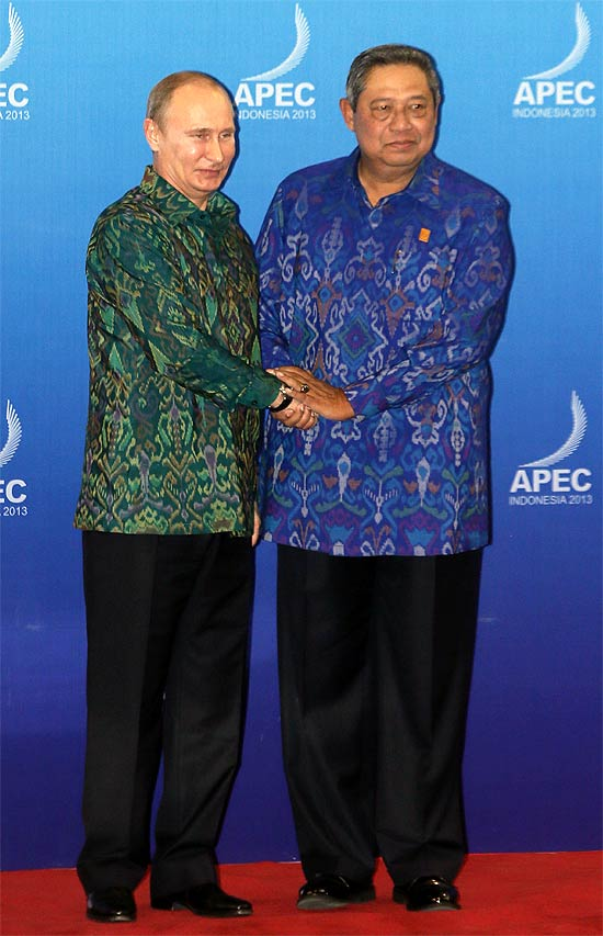 Russia's President Vladimir Putin is greeted by Indonesia's President Susilo Bambang Yudhoyono