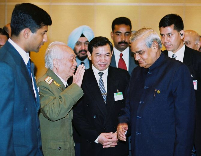 Former Prime Minister Atal Behari Vajpayee talks with General Vo Nguyen Giap in Hanoi during his visit to Hanoi in January, 2001.