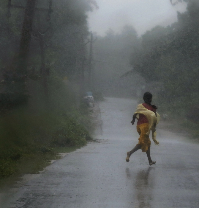 People flee from the path of Cyclone Phailin