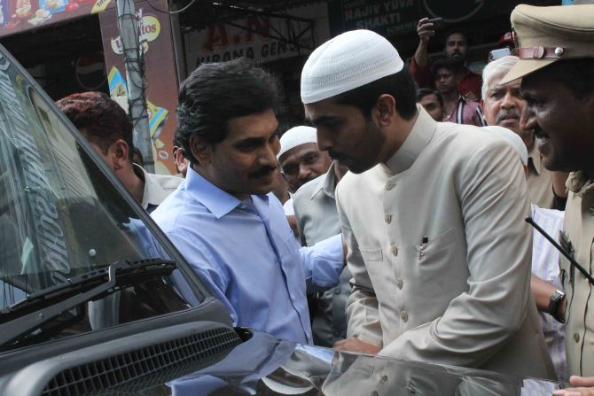 Jagan Mohan Reddy speaking with Greater Hyderabad Mayor Majid Hussain at Khan's funeral procession in Hyderabad