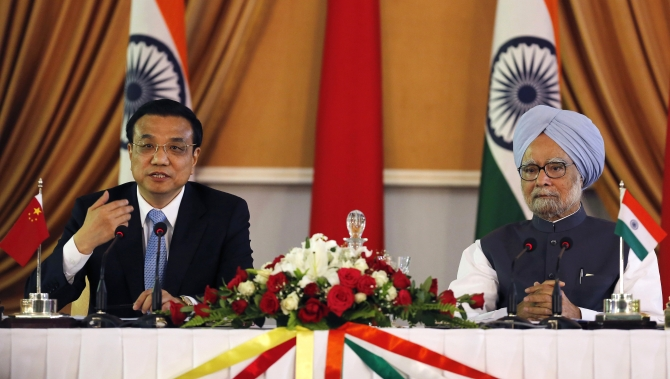 Chinese Premier Li Keqiang and Prime Minister Manmohan Singh during the signing of agreements ceremony in New Delhi, May 20, 2013.