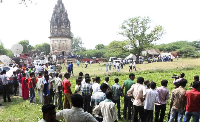 Onlookers stand at the site of the temple at Daundia Khera village in Uttar Pradesh