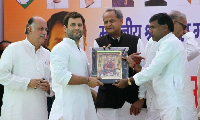Congress leaders present a memento to Rahul Gandhi at Churu