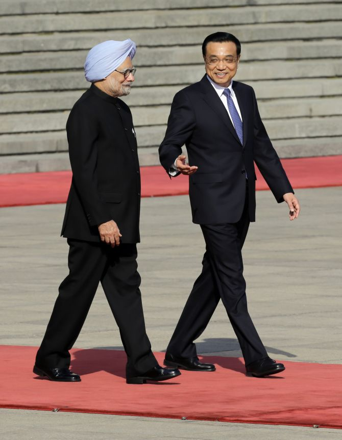 China's Premier Li Keqiang speaks to India's Prime Minister Manmohan Singh during a welcome ceremony outside the Great Hall of the People in Beijing
