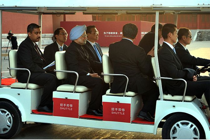Prime Minister Manmohan Singh taking a tour of the Forbidden City with Chinese Premier Li Keqiang