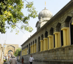 Chhatti Padshahi Gurudwara (right) in Srinagar