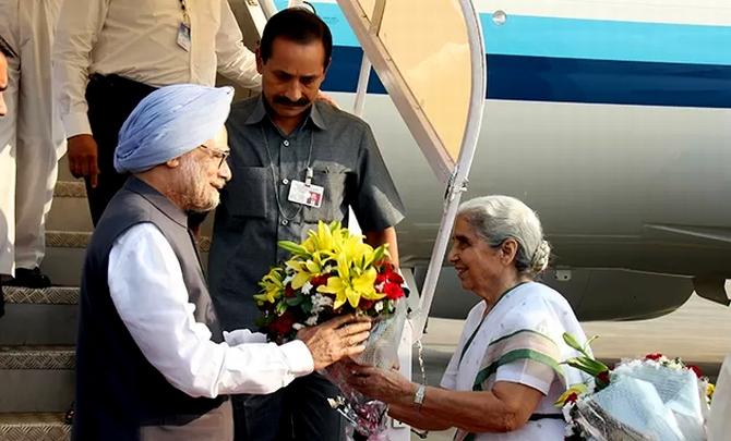 Prime Minister Manmohan Singh with Gujarat Governor Kamala Beniwal