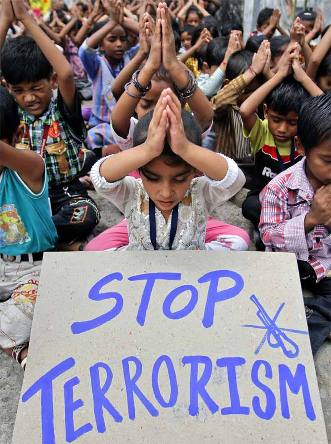 Children offer prayers for the victims of the Delhi serial blasts