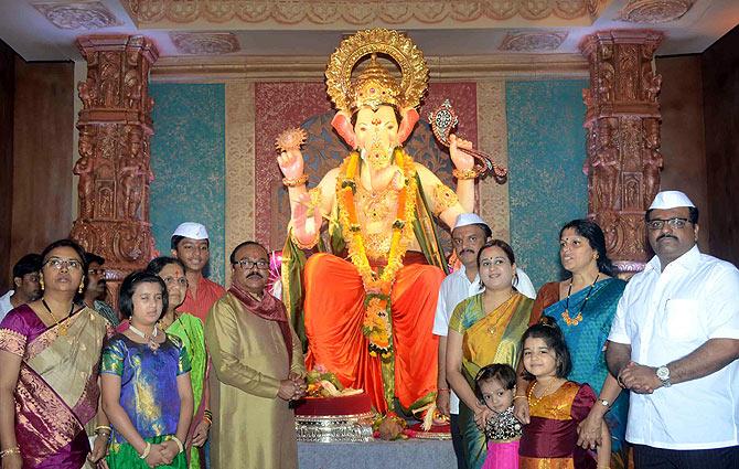 Maharashtra's netas bring Ganpati home
