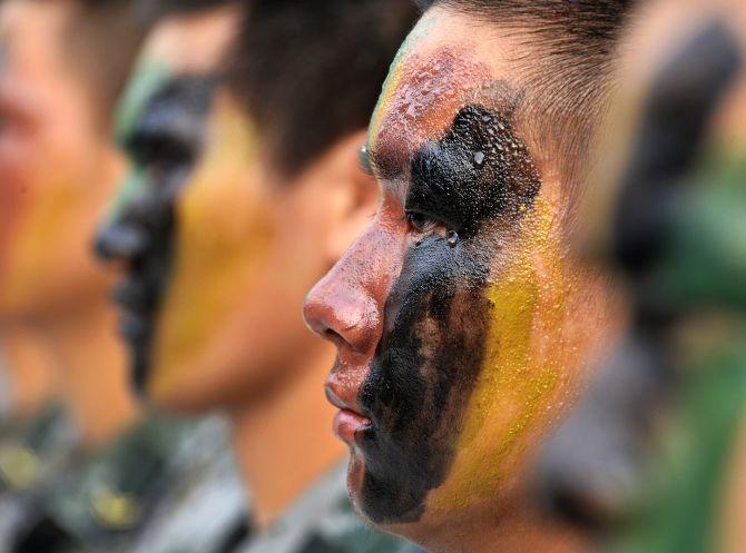 Chinese soldiers guard the Nathu La mountain pa