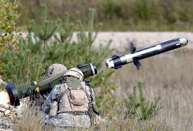 US soldiers fire an FGM-148 Javelin missile