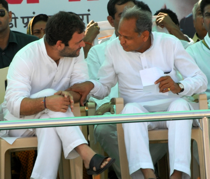 Rahul talks to Rajasthan Chief Minister Ashok Gehlot during the rally