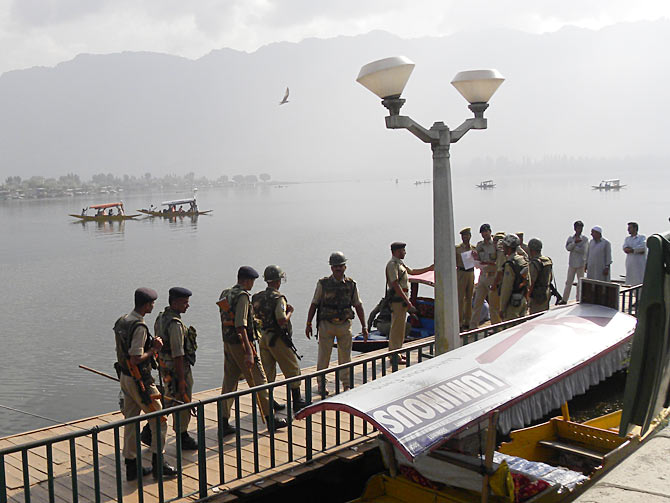 Security forces seal the waterfront along Dal Lake September 7