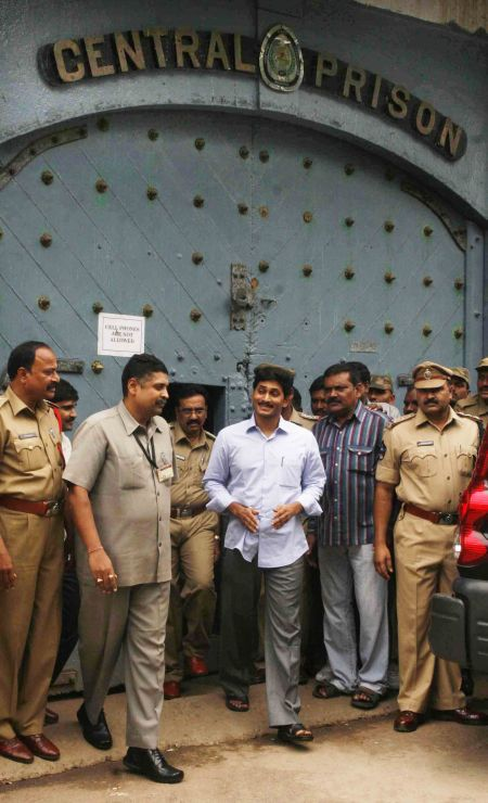 Jagan Reddy steps out of Chanchalguda Jail to caste his vote in the Presidential election