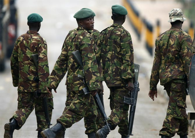Kenyan soldiers walk towards the Westgate shopping centre