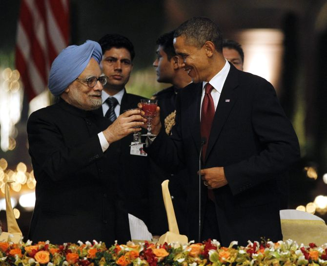 US President Barack Obama toasts alongside India's Prime Minister Manmohan Singh during a state dinner at Rashtrapati Bhavan in New Delhi, November, 2010.